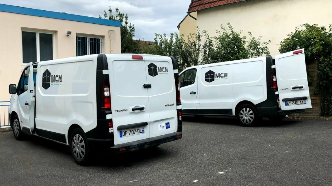 Photo des deux camions de MCN