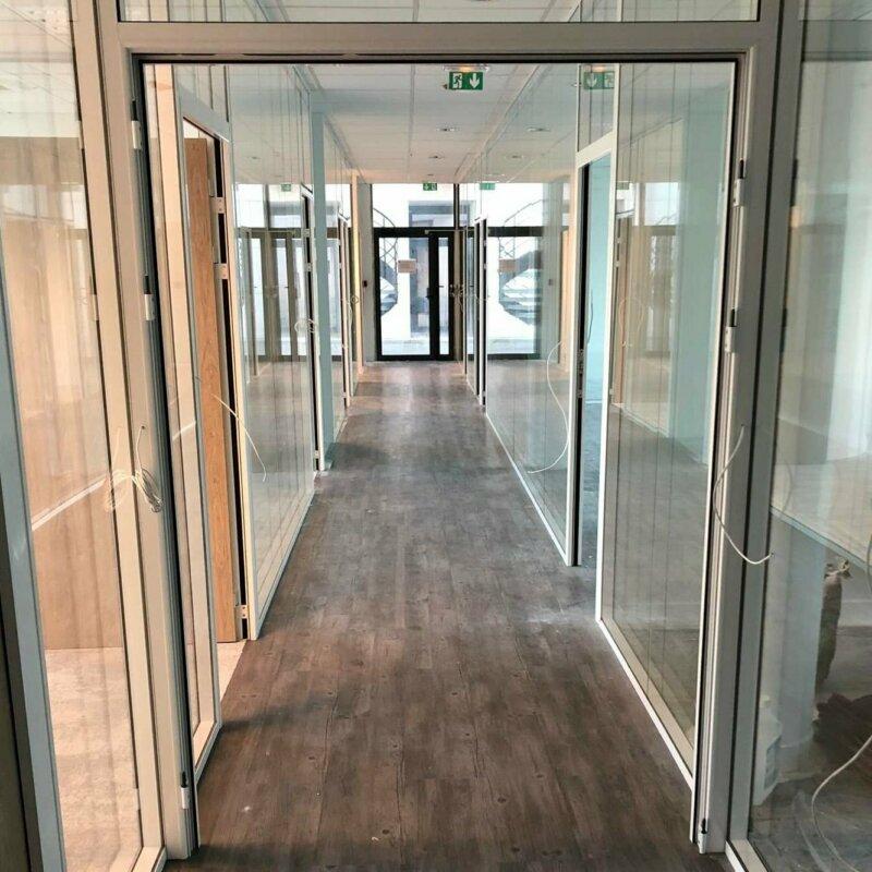 Photo d'un couloir avec cloison vitrée