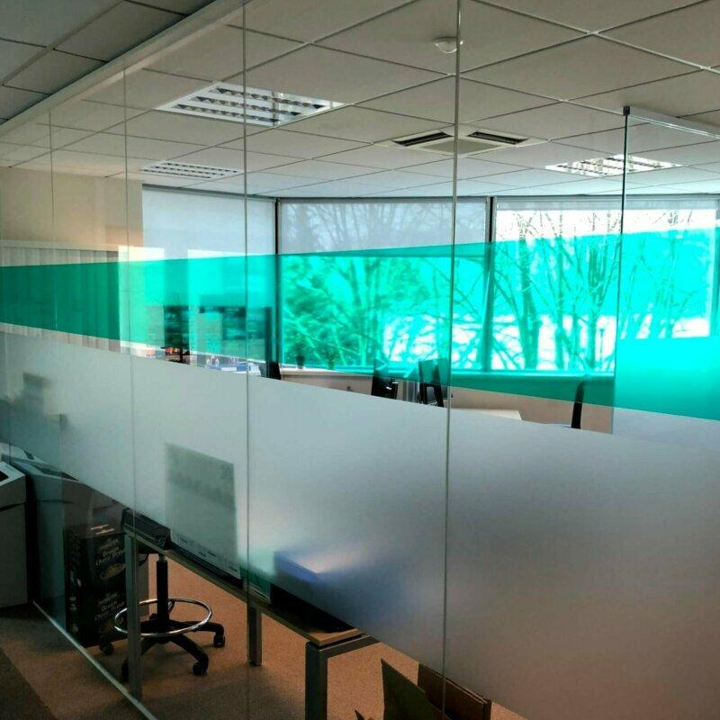 Photo d'un cloison vitrée avec signalétique
